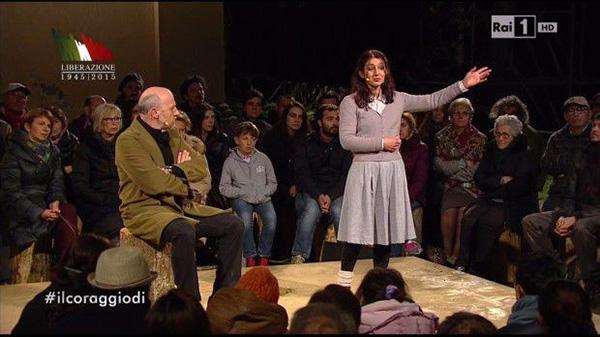 Elisabetta Salvatori e Marco Paolini a sant'Anna di Stazzema durante la diretta per il 25 aprile 2015.