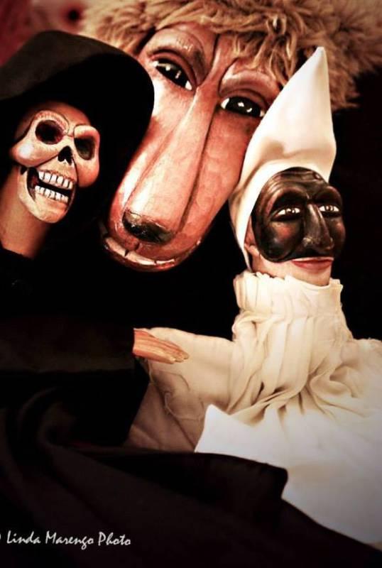 Pulcinella, la Morte e il Cane. Burattini di Gaspare Nasuto. Foto di Linda Marengo.