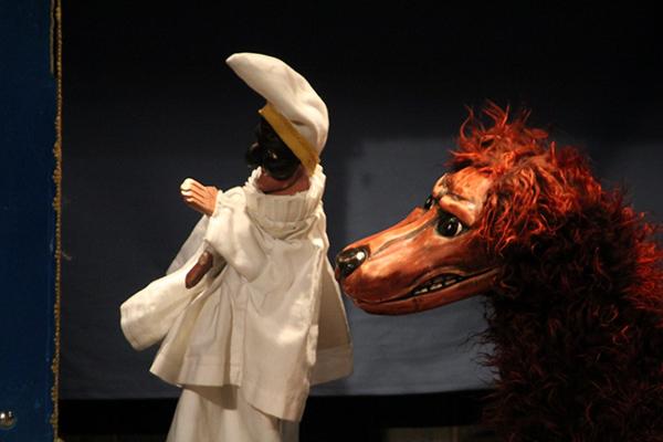 Pulcinella e il Cane. Burattini di Gaspare Nasuto per il Teatro del Sangro.