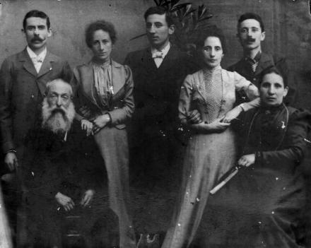 La famiglia Colla nel 1898 da sinistra in piedi Carlo II, la moglie Rosa Baratto, Michele, Rosina, Giovanni_ seduti Carlo Colla I e la moglie TeresaLucotti. Fonte