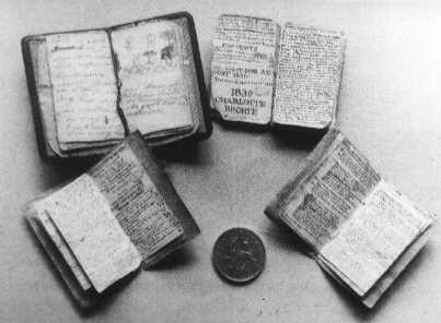 Alcuni dei libretti redatti dai fratelli Brontë .