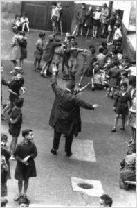 Robert Doisneau, Les ecoliers dans la cour de récréationn, Paris 1954