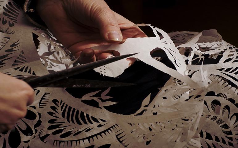 Karen Bit Vejle usa le forbici di H. C. Andersen per realizzare un papercut